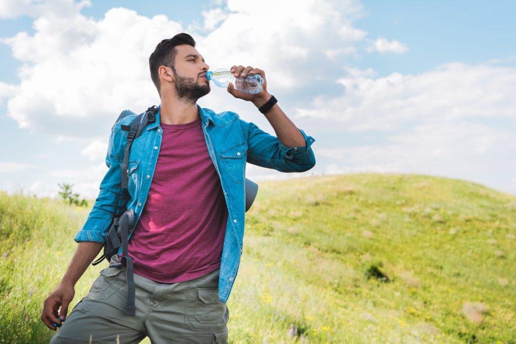 Άντρας πίνει νερό