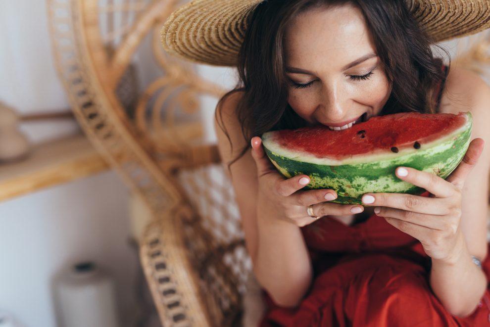 Γυναίκα τρώει καρπούζι