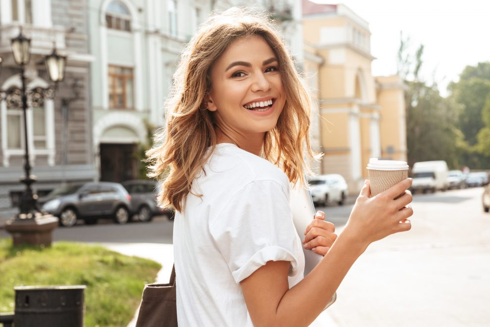 Γυναίκα που πίνει καφέ