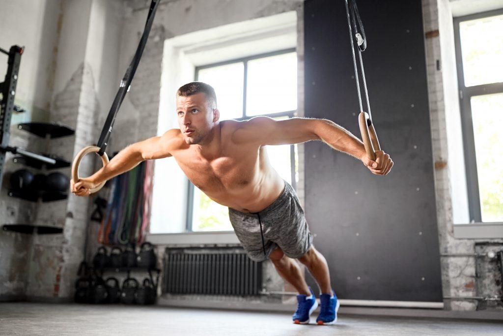 Άντρας που γυμναζέται
