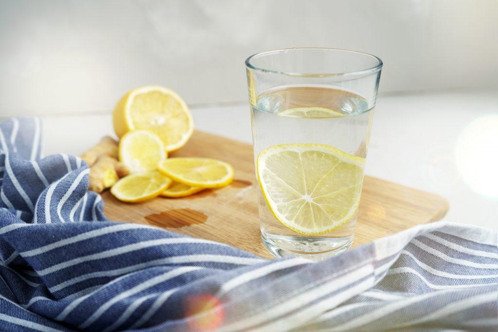 Ποτήρι με νερό και λεμόνι