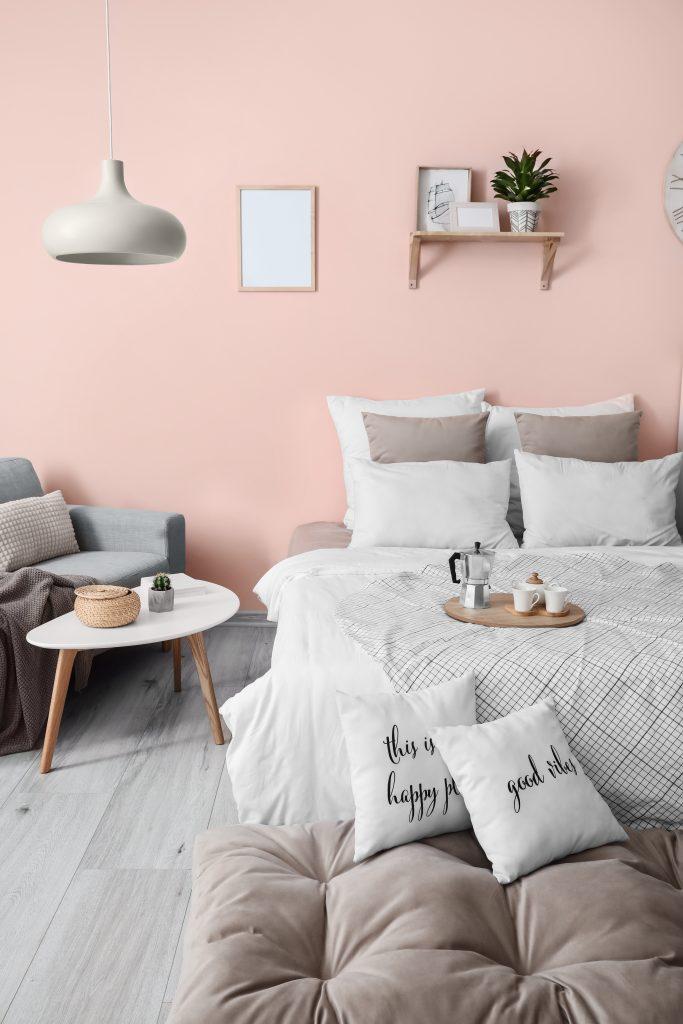 Διακόσμηση κρεβατιού με πολλά μαξιλάρια