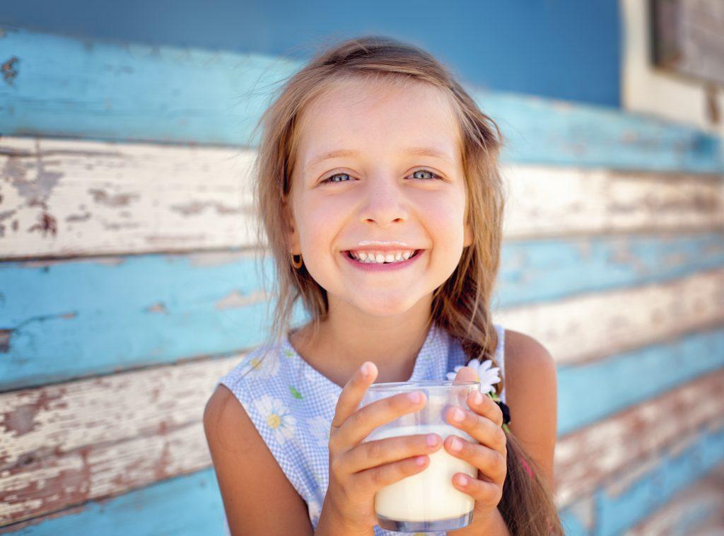 Παιδί που πίνει γάλα