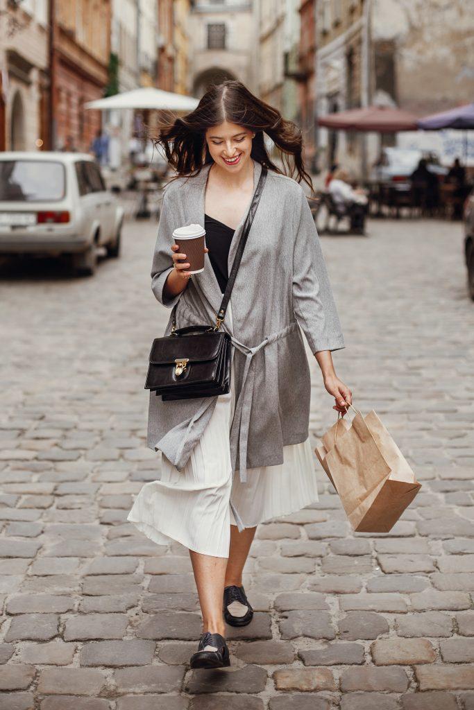 Γυναίκα στο δρόμο περπατάει