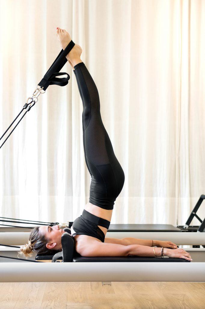 Γυναίκα κάνει pilates