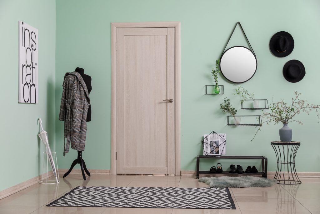 Είσοδος σπιτιού με καλόγερο και καθρέπτη