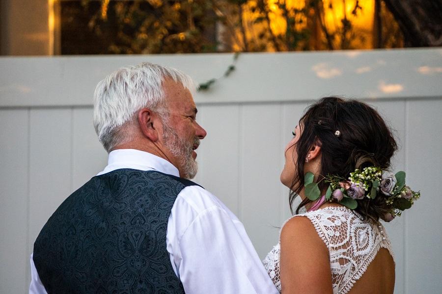 Πατέρας κόρη χορεύπυν στον γάμο